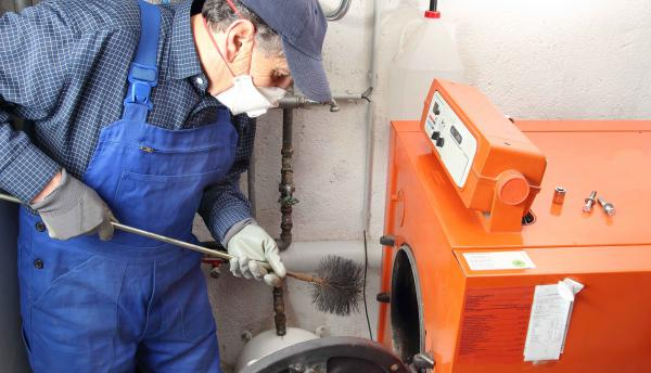 De Schouwveger reinigt uw ketel en brander.